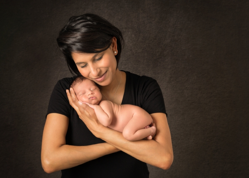 newborn-mummy-hands-snuggled-london