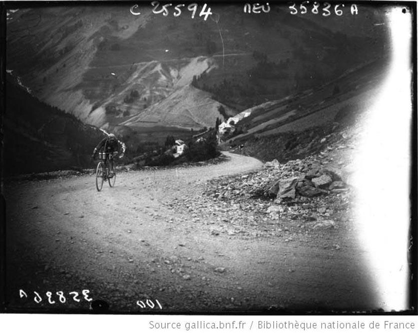 L. Buysse suivi de Sellier qui va le dépasser dans l'Izoard 1926