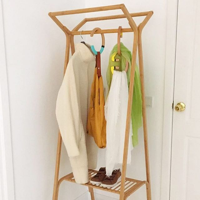 @busebilgisin stays organized and stylized with HANG-OVER HANGER💫 Show us how you use yours! #scarves #bags #organizer #design #wooden #hanger #interior #outfit #beautiful