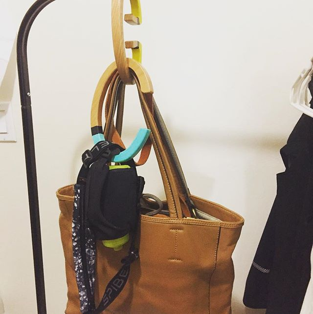 @michechung 's running gear and work bag are ready-to-grab-and-go with HANG-OVER HANGER #hanger #bag #sports #running #organizer #savespace #efficient #organization #hangoverhanger