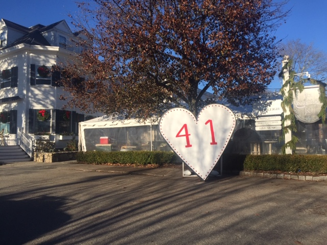 (This special heart stands in front of the Kennebunkport Inn.)