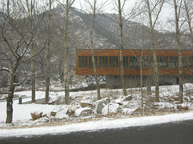 Suitcase House, Commune by The Great Wall