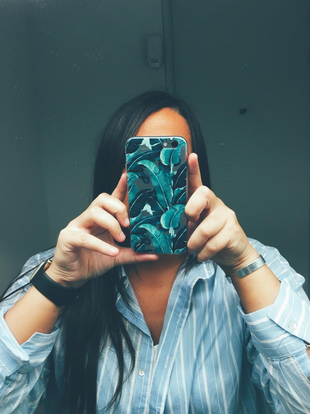 Girl selfie holding Inkase Tropical Banana Leaf phone case