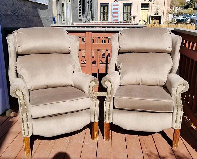 Matching grey recliners in velvet  @flowrchld #recliners #weimaraner #velvet #interiordesign #design #upholstery