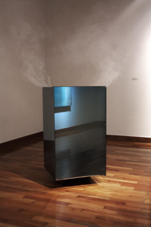 High-Rise, 2015, vidrio, acero y máquina de humo.