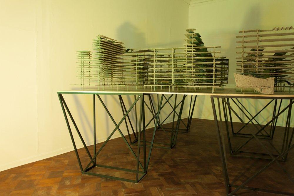 Plan Piloto de Lima  , 2015, v arios materiales cubiertos en cemento, mesa de triplay y metal, lámparas halógenas y filtros de gelatina,226 x 488 x 366 cm.