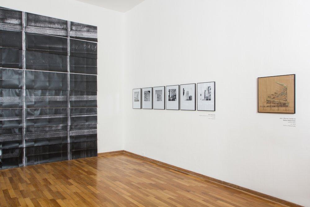 Instalación fotográfica de Michelle Llona, fotografías y dibujo de Walter Weberhofer.