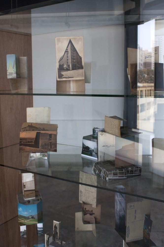 Maquetas de progreso , 2011-2012, fotografías y postales ensambladas, vitrinas de madera y vidrio, medidas variables.