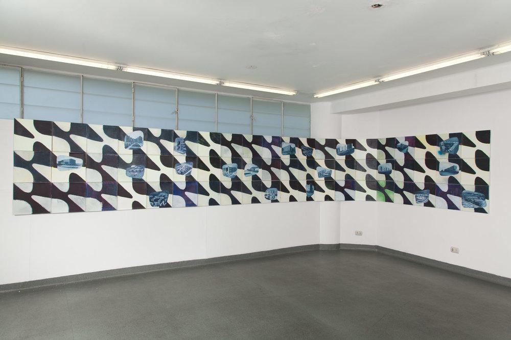 Vivienda social en Latinoamérica  , 2015, acrílico y aerosol sobre tela, 90 x 600 cm.