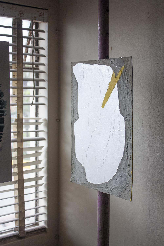 Z-D , 2015, cemento, papel aluminio y acrílico sobre cartón, 50 x 35 cm.