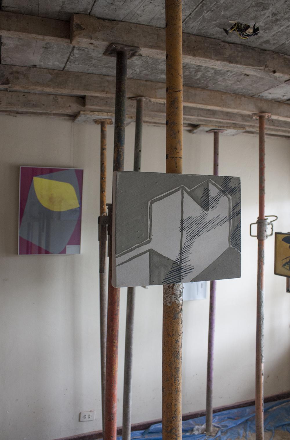 Charte d'Athènes II § 95 , 2014-2018, guache sobre papel, 59 x 42 cm.   Estructura de concreto y humo , 2016, cemento y acrílico sobre tela, 26 x 33 cm.