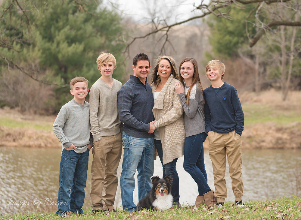 Neutral color scheme during large family photography session in Iowa