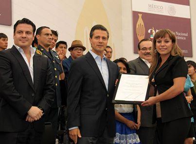 Laura Bugarini con el Presidente Enrique Peña Nieto .