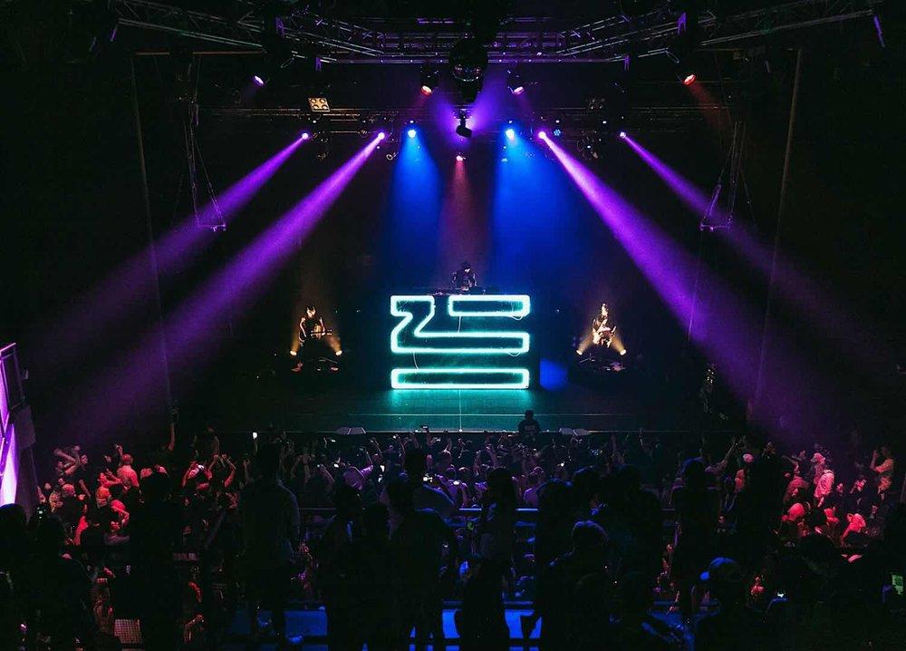 位于上海的S.T.D.是多种奇趣物质的混合, 它是一个派对动物们的大家族,一个逃离糟糕主流音乐的庇护所。 它是一个实验、一次融合、一场派对。 它是一场声音和电子的冒险。 S.T.D. 邀请你同我们一起占领舞池。