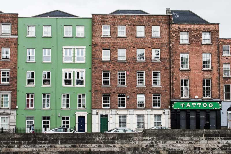 Bâtiments le long de la Liffey à Dublin, Irlande