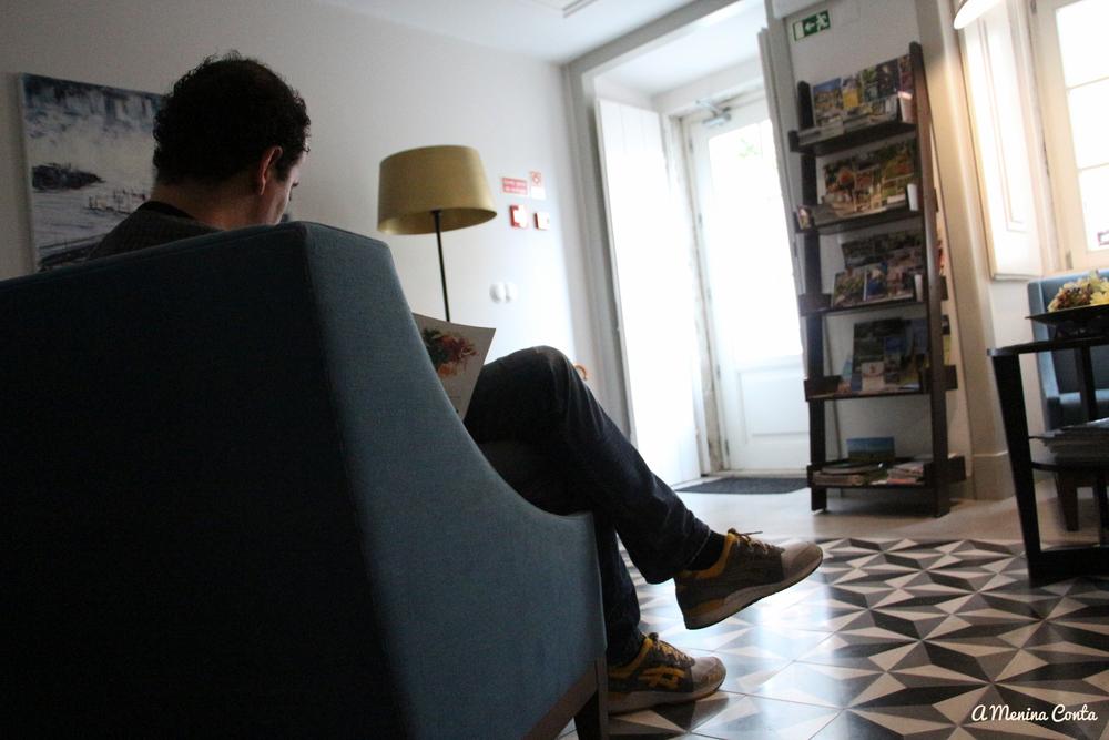 Sala de estar com toda a informação necessária para explorar a vila.