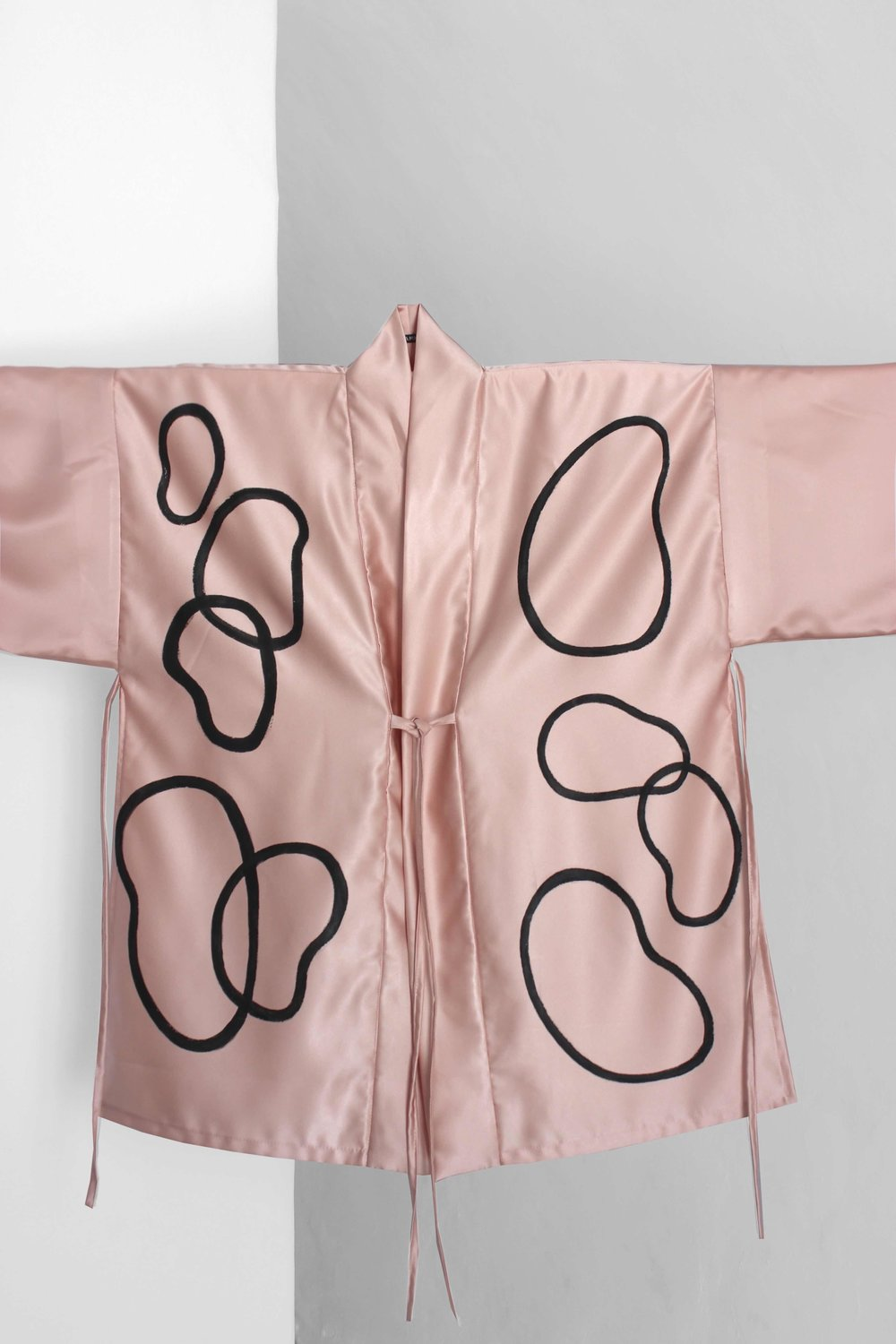 NOA KIMONO - KIMONO IN HIMALAYA PINK SILK WITH BLACK SHAPES.