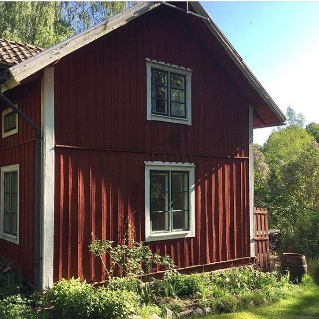 "Old Swedish summer/weekend houses are sometimes called ""Torp"". We love them🌞🌿 - check out this renovation project by @pellas_"