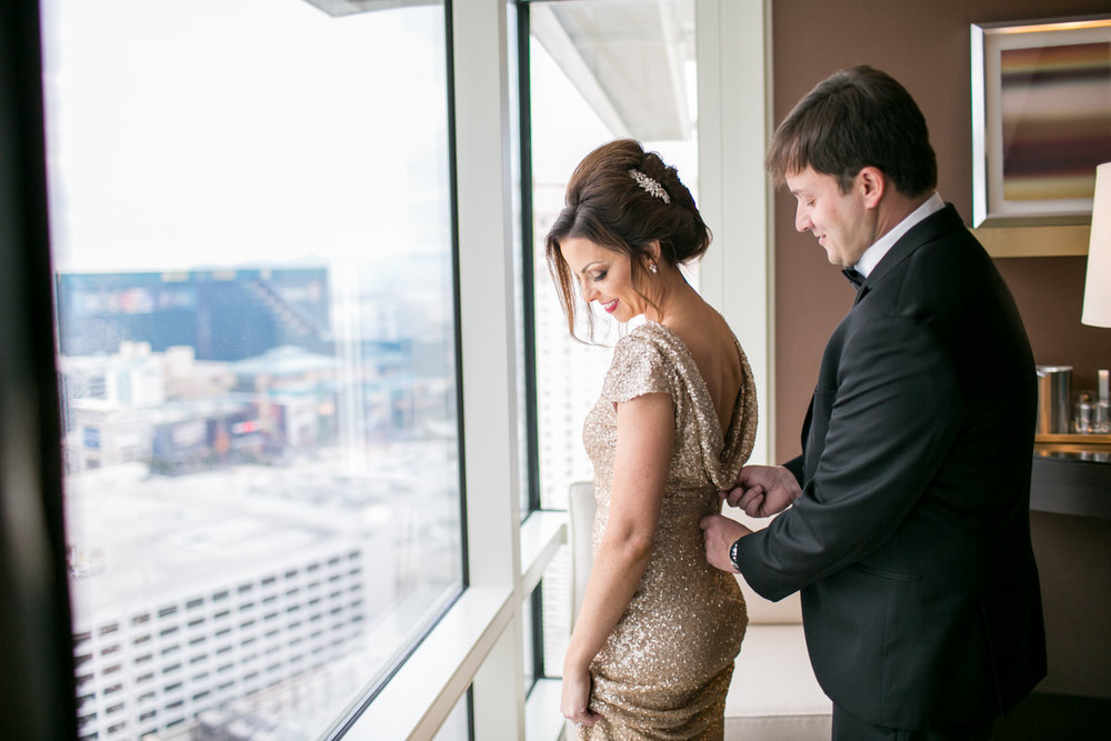 Bride and groom getting ready at the Aria Hotel in Las Vegas, Nevada with elopement photographer Lovisa Photo.