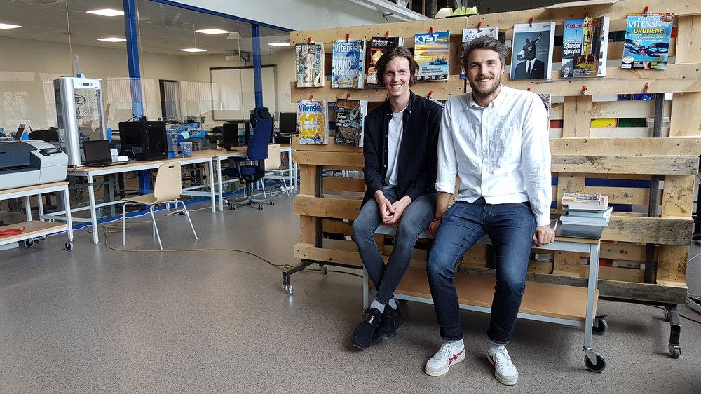 MUNTI MAGIC: Kristoffer Aase (t.v) og Håkon Vikøren (t.h), aka Munti Magic, har kontor hjå Techyard og Hellenes i Førde i sommar.