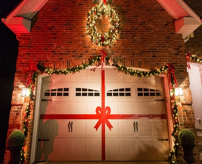 7-Awesome-Tips-to-Decorate-Your-Garage-Door-for-Christmas.jpg