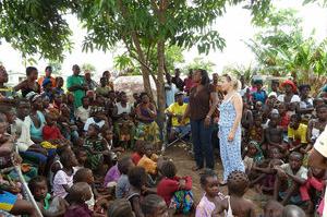 """Otros programas Escuelas rurales Este proyecto se centra en la idea de """"escuelas por primera vez"""" para algunas de las partes más abandonadas de África occidental, donde los niños generalmente pierden la oportunidad de obtener siquiera las destrezas más básicas de alfabetización y aritmética. Hasta ahora,Street Child ha ayudado a más de 400 profesores y tiene una presencia en 127 comunidades de toda Sierra Leona.Como resultado, Street Child acaba de organizar el """"primer acceso a la educación"""" de más de 17.000 niños de comunidades rurales. Trabajadoras del sexo Street Child quiere ofrecer a estas chicas una fuente alternativa de ingresos a través de la formación profesionaly de un lugar seguro para vivir mientras adquieren las habilidades necesarias para encontrar un empleo sostenible.A través de un asesoramiento personalizado, la educación sobre enfermedades de transmisión sexual y la detección de las mismas, y talleres cuyo objetivo es preparar a las niñas para una vida independiente de las calles,trabajamos para ofrecer a las ex trabajadoras del sexo todo lo que necesitan para llevar una vida segura. Proyecto para niños con amputaciones Trabajando en colaboración con la genial organización benéfica de Reino Unido """"Elizabeth Legado para la Esperanza""""(""""Elizabeth Legacy of Hope""""), hemos localizado 100 niños con amputaciones a través de cuatro de las ciudades más grandes de Sierra Leona. Todos estos niños tendrán sus necesidades protésicas cubiertas y, además, todos ellos fueron matriculados en la escuela en el primer año de vida del proyecto, que comenzó en el 2012."""
