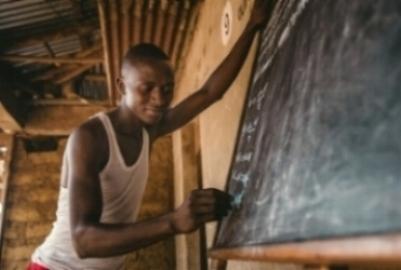 ENSEÑANDO A LOS MAESTROS Muchos profesores y maestros en comunidades rurales nunca han tenido una educación adecuada para ello. Nuestros especialistas proporcionan un aprendizaje especial para los maestros los cuales hasta ahora han sido 600 maestros en toda Sierra Leona. La educación y certificación de estos maestros puede transformar la vida de las personas en su comunidad incluyendo los niños. Durante la epidemia del Ébola, nuestros programas fueron extendidos para educar a comunidades enteras sobre la enfermedad. Durante este proceso, enseñamos a más de 1.700 personas sobre el Ébola los cuales pusieron su energía para el proceso de contener la expansión de la enfermedad,salvando así miles de vidas.