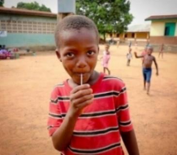 PROTEGIENDO A LOS NIÑOS La organización no sólo ayuda a los niños a ir a la escuela. Nuestro equipo de trabajadores sociales ofrecen ayuda psico-social y apoyo a los niños que se enfrentan a las circunstancias más desfavorecidas. Nos centramos en el desarrollo del niño y su bienestar, para poder ayudarles a salir adelante y prosperar en la escuela con la ayuda de un adulto de confianza. Trabajamos con niños huérfanos por el Ébola para encontrar alguien que los cuide en su familia. Una vez el niño se encuentra en un ambiente seguro, ya no tienen que luchar solos y están listos para volver a la escuela. También trabajamos con niños que viven y trabajan en las calles de Sierra Leona, para facilitar su vuelta a casa con sus familias y para ayudarlos a su vuelta a la escuela. Estos niños generalmente son discriminados por su pasado y trabajamos duro para poder mantener reuniones en persona con la persona a cargo de los derechos de estos niños. Street Child es un colaborador clave del Ministerio del Bienestar, Igualdad y Asuntos del Menor, y también trabaja cercanamente con grupos locales como Child Welfare Committees para ayudar a identificar, referir y proteger a las categorías más vulnerables de niños.