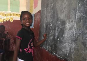 PROTEGIENDO A LOS NIÑOS Ofrecer a los niños la oportunidad de tener una buena educación no sólo consiste en construir escuelas. Se trata de luchar contra los problemas que hay debajo, también se trata de reforzar sus lazos familiares y protegerlos de la vida en la calle. + Ofrecemos acceso a ayuda psico-social y ayuda para los niños que se enfrentan a realidades desfavorecidas. Nos centramos en el desarrollo del niño en todos los aspectos para prosperar en la escuela. + Trabajamos con niños que han quedado huérfanos, muchos de ellos por la crisis del Ébola, para reunirlos con sus familias. Encontrando un familiar que se preocupe por ellos o reuniéndolos con familias de acogida, nos aseguramos de que estos niños no tengan que seguir adelante ellos solos.