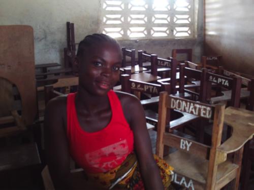 """ALICE, LA CHICA DE 18 AÑOS QUE VUELVE A LA ESCUELA """"Estoy tan contenta de que Street Child me haya ayudado a volver a la escuela. Me gusta aprender. Los estudios sociales son mis favoritos, me encantan. Me gustaría llegar a ser médico algún día. No voy al trabajo después de la escuela, como muchos de mis compañeros, ya que mi abuela dice que es importante quedarse en casa y estudiar."""" Cuando la madre de Alice murió, la situación económica hizo que no pudiera permitirse ir a la escuela, así que Alice no pudo volver a la escuela a los 15 años. Con la ayuda de Street Child, a la edad de 18 años, Alice ha vuelto a la escuela y sus sueños de convertirse en médico también."""