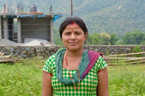 """SARASWATI, LA SUPERVIVIENTE DEL TERREMOTO QUE ESTÁ DECIDIDA A ENVIAR A SUS HIJAS A LA ESCUELA El distrito de Sinduli fue uno de los peor parados por el terremoto. Para Saraswati, esto significó que sus tres hijas no pudieran ir a la escuela, lo cual nunca imaginó que pudiera pasar: """"Cuando pasó el primer terremoto, corrí hacia la escuela para ver si mis hijas estaban bien. Tenía miedo de volverlas a enviar a la escuela después de los terremotos ya que en las escuelas habían grietas...en los momentos cuando parecía haber réplicas todos los niños corrían hacia fuera y se hacían daño... y yo me iba rápidamente a la escuela para comprobar que mis hijas estaban bien."""" """"Mis padres no quisieron que yo fuera a la escuela porque era una chica. Decían que no era necesario. Hoy, uno de mis hermanos es médico, otro es veterinario y el otro tiene su propio negocio, y a mi nunca se me dio esa oportunidad. Esta es la razón por la cual estoy decidida a educar a mis tres hijas para que puedan tener una vida mejor a la mía. Después de los terremotos en Nepal, muchos padres tenían miedo de volver a enviar a sus hijos de vuelta a la escuela. Actualmente Sctreet Child está construyendo más aulas en Sindhuli para asegurar que los niños estén a salvo cuando vayan a la escuela. Saraswati defiende la educación para niñas y niños en su comunidad, por eso ha decidido dar ejemplo en su comunidad enviando a sus hijas de vuelta a la escuela."""
