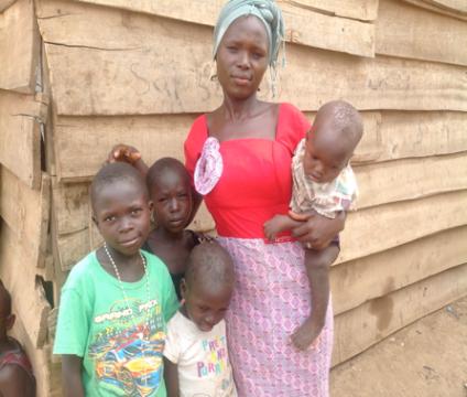EMPODERANDO A LAS FAMILIAS En colaboración con la ONG NigerianaIntercommunity Development Social Organization(IDS), trabajamos para ayudar a los niños del nuevo campo Kuchingoro IDP en Abuja y aportando educación vocacional a las madres más vulnerables- por ejemplo, para hacer jabón y aprender repostería- también ofrecemos concesiones para negocios y que así puedan montar negocios sostenibles. Como parte del programa, sus hijos tambien reciben materiales escolares como mochilas, libros de ejercicios, lápices y bolígrafos, gomas de borrar y zapatos para que vuelvan a la escuela y vuelvan a tener esperanza para el futuro.