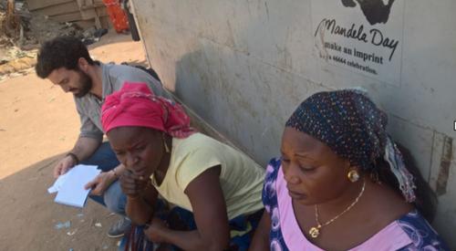 ELIZABETH, LA MADRE QUE ESTA RECONSTRUYENDO SU VIDA PARA QUE SUS HIJOS VAYAN A LA ESCUELA Elizabeth se crió en Goza, en el estado de Borno, y vivía allí con su marido y sus seis hijos. En Goza, la familia de Elisabeth estaba a salvo y eran felices. Su marido trabajaba como agricultor en un pequeño terreno, mientras que Elizabeth dirigía un pequeño negocio.Todos sus hijos podían ir a la escuela. En 2014 todo cambió. Debido al conflicto, Elizabeth tuvo que huir de su comunidad con su familia. Después de dos meses viajando, llegaron a Abuja, y se instalaron en el campo de Kuchingoro. Sin poder continuar con su negocio por los altos costes, Elizabeth y su familia dependía completamente de la ayuda que provenía del exterior. Gracias a nuestros donantes y voluntarios, hemos ayudado a Elizabeth a poder abrir un negocio sostenible, y ahora todos sus hijos asisten de nuevo a la escuela.