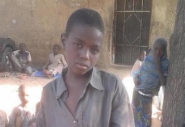 """ABU, EL NIÑO QUE PERDIÓ A SU FAMILIA Y NO TIENE A NADIE MÁS PARA AYUDARLE Abu nació en Gambory, en el estado de Borno. Perdió a su madre y a su padre en el conflicto que había en la región. Abu tuvo que abandonar su hogar y huir hacia Maidaguri. Estaba solo, no conocía a nadie, y no tenía ningún lugar al que ir para comer, refugiarse o aprender. Hoy, Abu vive con otros 20 niños en un campo de refugiados en la ciudad, con muy pocas ayudas del exterior. Cuando le preguntamos sobre sus esperanzas para el futuro, nos dijo """"no hay comida, ni refugio, cuando llueva y cuando salga el sol estaremos bajo este árbol."""" Más de 20.000 niños como Abu se encuentran desamparados por ser huérfanos y no tener familia, así que luchan para sobrevivir. Estamos desesperados por encontrar a sus familias para que puedan volver a estar juntos para que los protejan y los ayuden a volver a la escuela."""