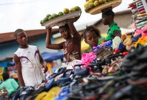 Niños en la Calle Nuestra investigación revela que hay cerca de 50.000 niños que dependen de las calles de Sierra Leona para su supervivencia. Alrededor de 3000 de ellos viven y duermen en las calles. Nuestro objetivo es ayudarlos a todos. Muchos niños sufren por vivir en la calle y no tienen acceso a la educación por carecer de hogar o de apoyo en el ambiente familiar. Algunos pueden estar viviendo en su casa pero se dedican a trabajos infantiles durante todo el día. Los casos más extremos con los que trabajamos son aquellos niños que pasan el 100% de su tiempo en la calle, para los que la vida es una lucha diaria. Nuestro equipo de la calle pretende cambiar esta realidad para la mayor cantidad posible de niños. Así, encuentran a niños sin hogar y establecen una relación de amistad con ellos, convirtiéndose en los adultos de confianza que faltan en sus vidas. Nuestros trabajadores sociales tratan de unir a los niños con las familias –generalmente las suyas propias– a través de un proceso de orientación y mediación. Instalado en un entorno familiar seguro, el niño se siente a salvo y, lo que es más importante, está listo para ir a la escuela y construir un futuro mejor para sí. Entre 2008 y 2013, nuestros equipos de la calle reunieron a más de 2500 niños con sus familias.
