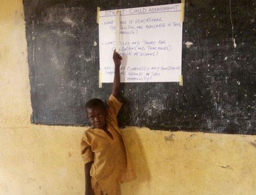 EDUCACIÓN EN EMERGENCIAS  En colaboración con el centro por la igualdad de género, paz y desarrollo de Nigeria, Street Child está estableciendo un centro temporal de aprendizaje en Maiduguri para dar a los niños la oportunidad de ir a la escuela. Actualmente 20 maestros están siendo educados sobre emergencias para poder dar una educación básica y apoyo psico-social.