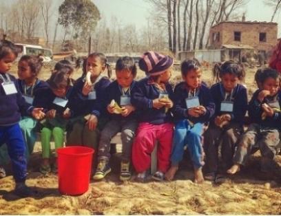 AYUDANDO A NIÑOS Y NIÑAS EN LAS FÁBRICAS DE LADRILLOS  Muchos trabajadores migrantes trabajan en fábricas de ladrillos seis meses al año, y durante este período sus familias viven en la fábrica de ladrillos. Debido a que sus hijos tienen que mudarse todo el tiempo, su educación se ve seriamente interrumpida, por lo que muchos niños ya abandonan la escuela antes de su segundo año. Street Child ahora ha construido dos escuelas seguras y acogedoras para 80 niños en una fábrica en Bhaktapur. Tenemos la intención de aplicar este modelo exitoso a otras fábricas para que podamos ayudar aún más a los hijos de los albañiles en el valle de Katmandú.