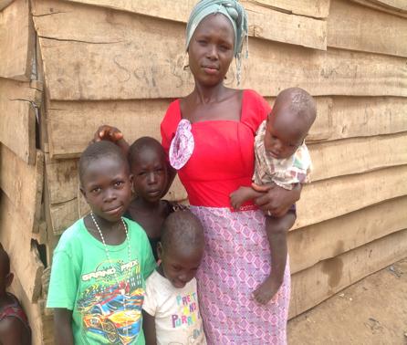 EMPODERANDO A LAS FAMILIAS  En colaboración con la ONG Nigeriana Intercommunity Development Social Organization (IDS), trabajamos para ayudar a los niños del nuevo campo Kuchingoro IDP en Abuja y aportando educación vocacional a las madres más vulnerables- por ejemplo, para hacer jabón y aprender repostería- también ofrecemos concesiones para negocios y que así puedan montar negocios sostenibles. Como parte del programa, sus hijos tambien reciben materiales escolares como mochilas, libros de ejercicios, lápices y bolígrafos, gomas de borrar y zapatos para que vuelvan a la escuela y vuelvan a tener esperanza para el futuro.