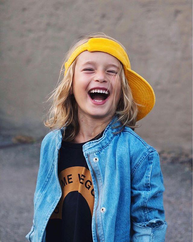 Helt seriöst. Jag har den roligaste ungen i världen! Hans humor är helt knäpp. 💛 Jag ÄLSKAR'T! . My kid is the funniest kid on the block. Honestly! He has the wierdest sense of humor and I couldn't be any prouder to be his mama! 💛 _______________ #minunge #mykidwillem #idigdenim #denimjacket #tinycottons #thedaymarket #minirodini #solskärm #gladastistan #inspirationforpojkar #oiidesign #inspirationforbarn #igkiddies #loppivimedbarn #stylishigkids #stylishigkids #trendy_tots #coolkids #laughteristhebestmedicine #minirodinivintage #sugarkids