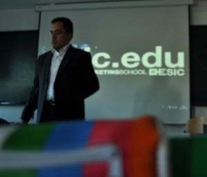Octavio Rojas dando clases de Relaciones Públicas
