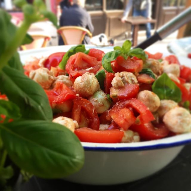 Little caprese salad option for today with mozzarella, vine tomatoes and fresh basil @vennstmarket  #caprese #salad #vennst #foodie #instafood #tomato #mozzarella #basil