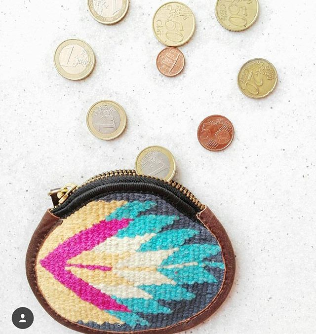 Counting coins. 📸: @estreja #travel #travelbag #ihavethisthingwithtextiles #ihavethisthingwithcolor