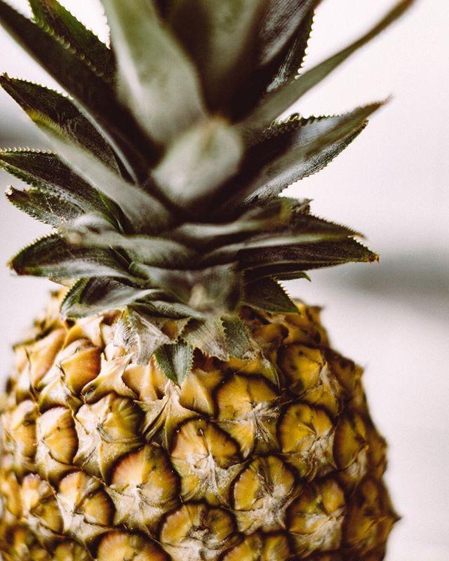 """A #pineapple a day keeps the worries away!🍍🤗 ⠀⠀⠀⠀⠀⠀⠀⠀⠀ Te contamos 3 datos curiosos de esta fruta tan deli: ✨Tiene altos niveles de vitamina C y bajos niveles de sodio ✨La piña fresca o congelada contiene menos niveles de azúcar ✨Ayuda a la digestión y reduce la hinchazón y el estreñimiento ⠀⠀⠀⠀⠀⠀⠀⠀⠀ 👉🏻Algo que debes considerar es que a la piña se le considera una fruta """"mediana"""" en el índice glucémico, por lo que debe consumirla en pequeñas porciones. ⠀⠀⠀⠀⠀⠀⠀⠀⠀ Cuando se usa piña en las comidas, es mejor emparejarlo con alimentos que tengan un índice de índice glucémico bajo o mediano, para así evitas picos de azúcar.🙌🏻😸"""