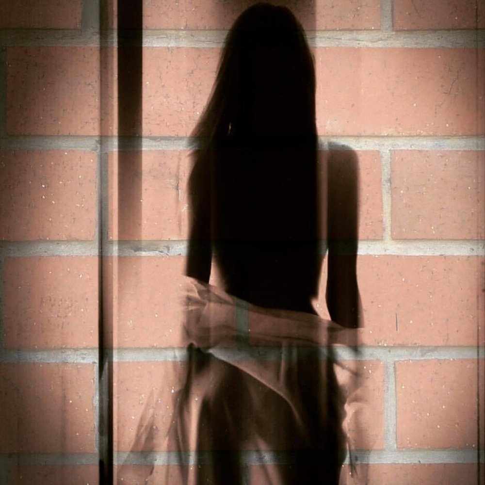 She walks this way, in a long brick veil…. #cash #brick #noirvue