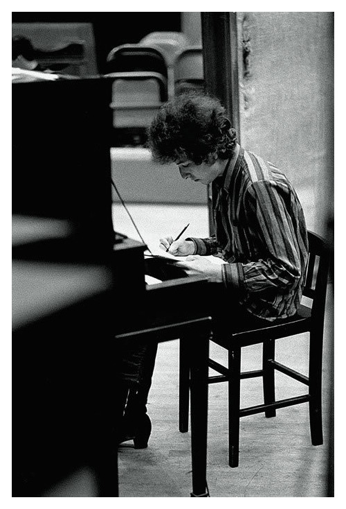 """burnedshoes :       ©  Jerry Schatzberg , 1965,  Bob Dylan, The writer       """"I got a head full of ideas, that are drivin' me insane.""""  ― Bob Dylan, Maggie's Farm            » more photos of famous people «  