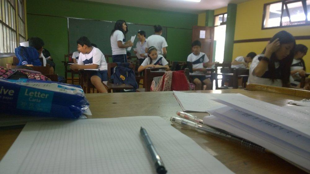 Daniel Soliz Cronenbold en pleno examen de Matemáticas mientras todos hacen alboroto