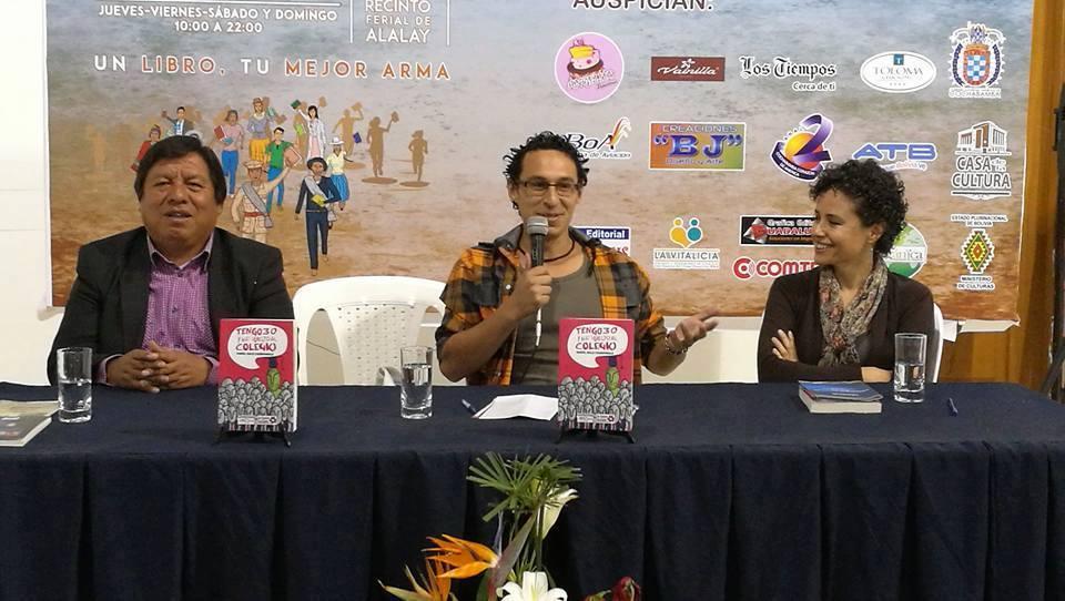 Presentación en la Feria Internacional del Libro de Cochabamba 2016. A mi derecha (a tu izquierda) Pedro Camacho Guardia, director del grupo editorial Kipus, al medio Daniel Soliz Cronembold, y a mi izquierda (a tu derecha) Mónica Olmos, comunicadora social, educadora y columnista en el diario Los Tiempos.