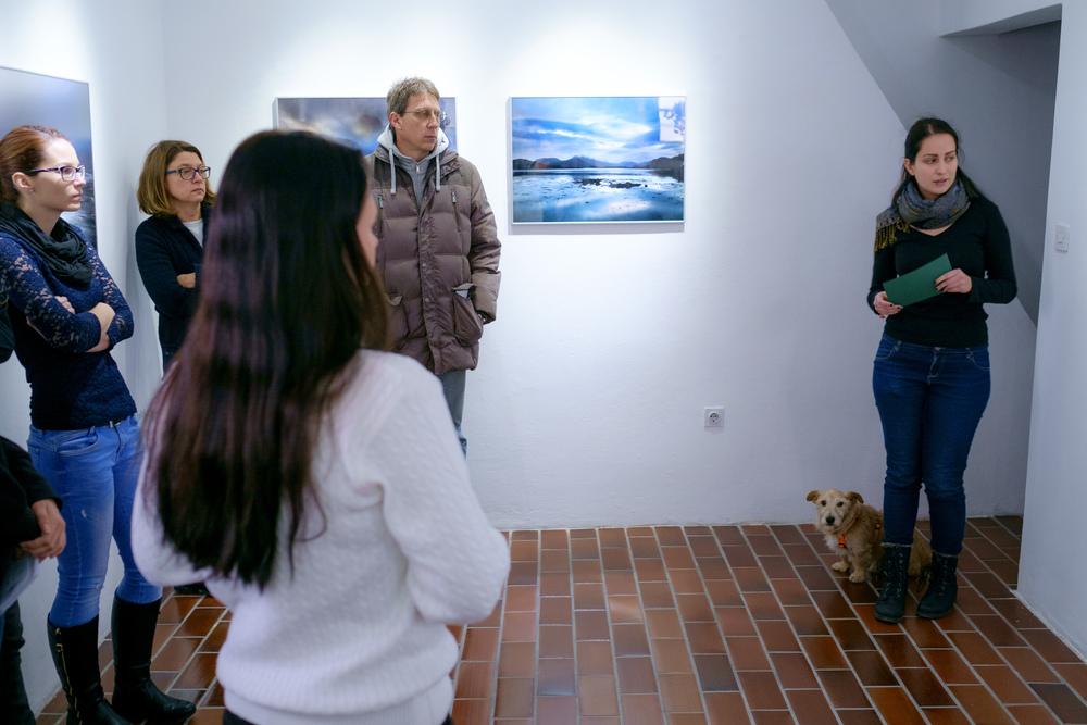 1 vodenje po razstavi fotograf in kustus-MediaNox-Maribor-3.jpg