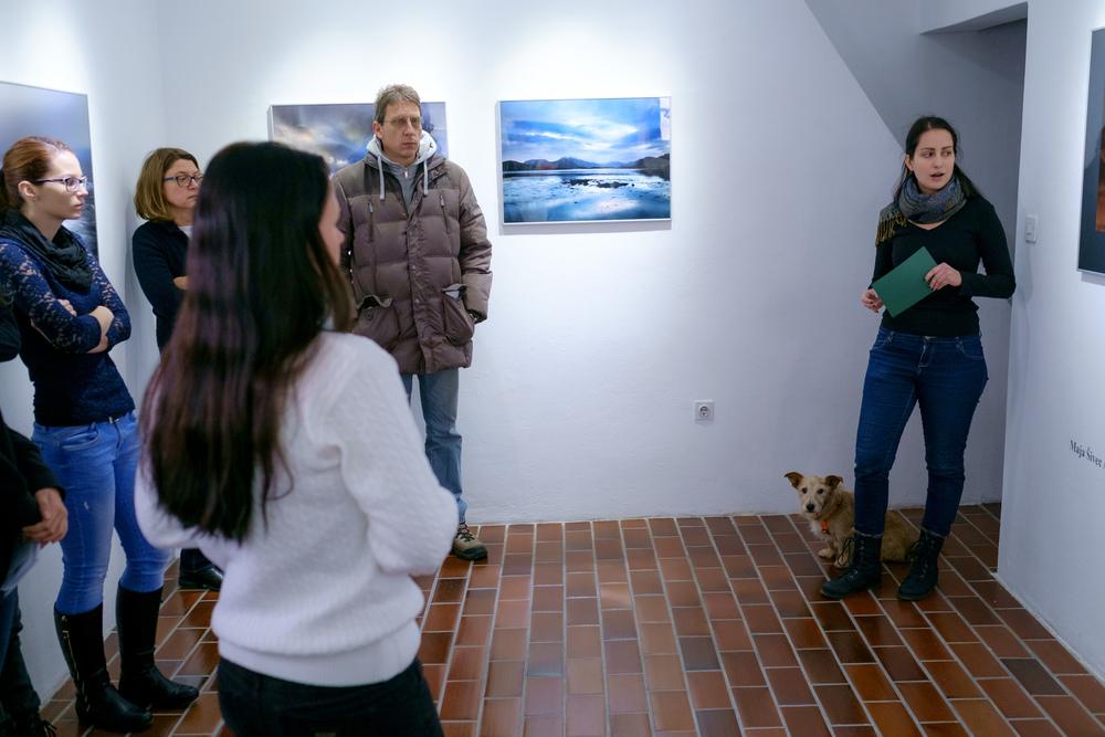 1 vodenje po razstavi fotograf in kustus-MediaNox-Maribor-4.jpg