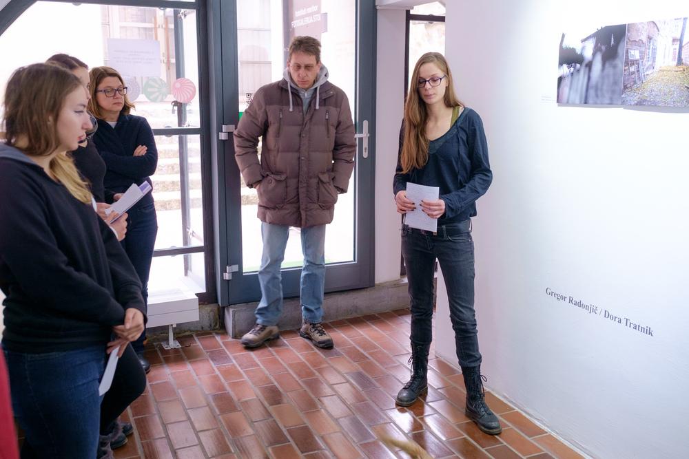 1 vodenje po razstavi fotograf in kustus-MediaNox-Maribor-5.jpg